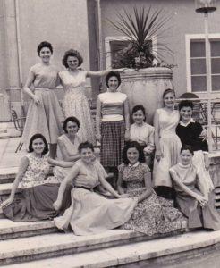 Merlet Arbeiterinnen vor dem Kursaal Meran - Lavoratrici Merlet anni 50